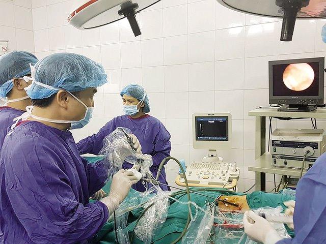 TS.BS Dương Văn Trung mổ lấy sỏi cho người bệnh sỏi thận (Ảnh: BSCC)